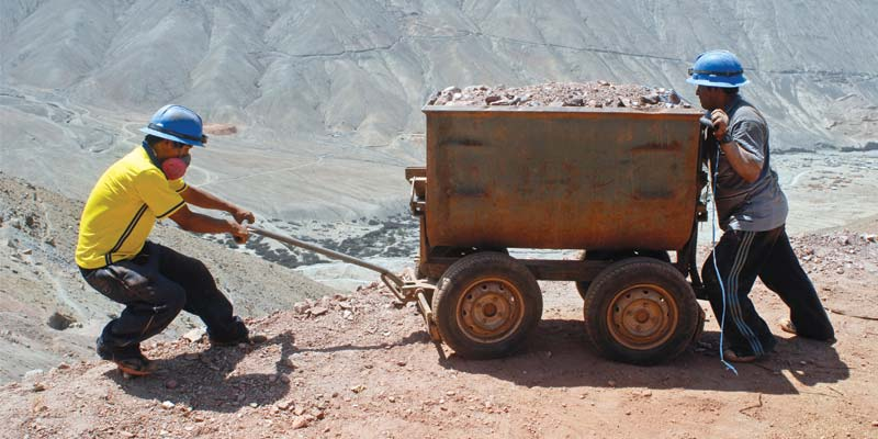 Sacando mineral de desecho la mina de Aurelsa-1330