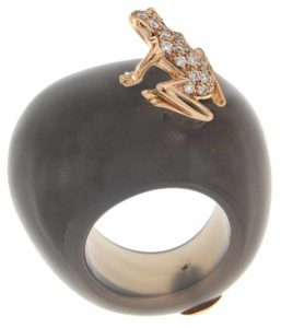 Sculpture ring from Dada Arrigoni's 'Happy Frog' collection, made with 18-karat rose gold, grey agate, and diamonds.