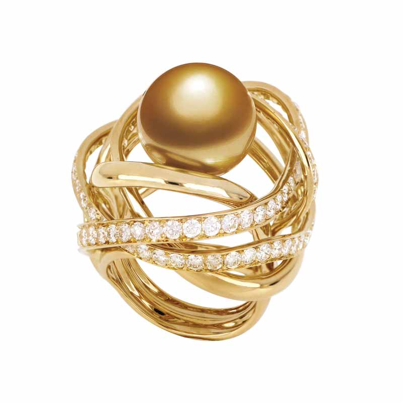 Gold pearl Vitesse Ring from Jewelmer's 'La Mer en Majesté Ring' collection.