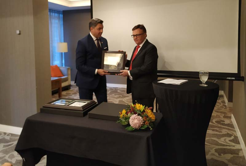 Giovanni Vaccaro accepts the 2019 Chairman's Award from Marco Miserendino, chair of the Canadian Jewellers Association (CJA).