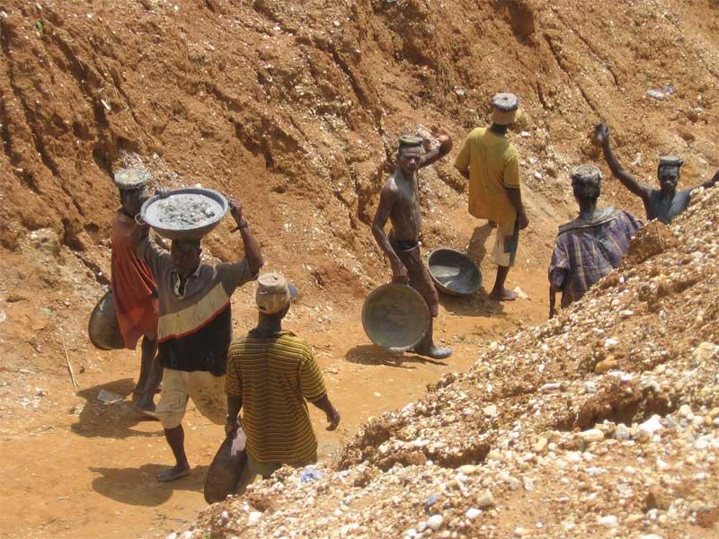 Small-scale diamond miners in Sierra Leone. Photo courtesy DDI
