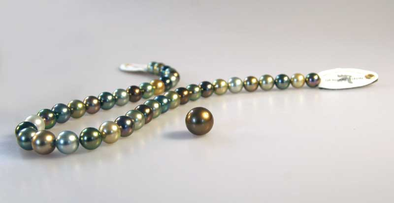Necklace with intensely colored Fiji pearls. Photo courtesy Gerhard Hahn