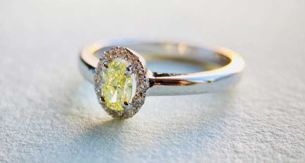 Contrasting a lime natural diamond with colourless diamonds makes the green colour pop even more and gives the ring a clean, crisp, and contemporary look.
